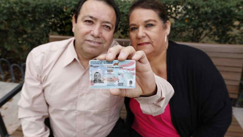Martín Sánchez y su esposa María muestran orgullosos la 'green card' que acaba de recibir el mexicano después de vivir casi tres décadas como indocumentado.