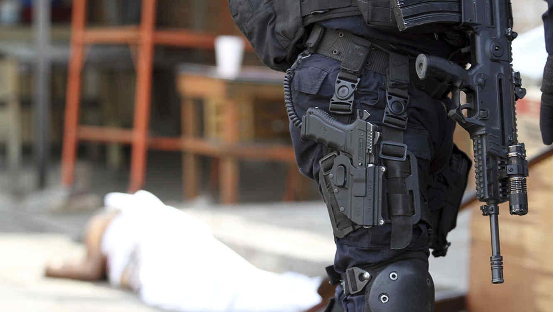 Un guardia custodia la escena de un asesinato en Acapulco, México.