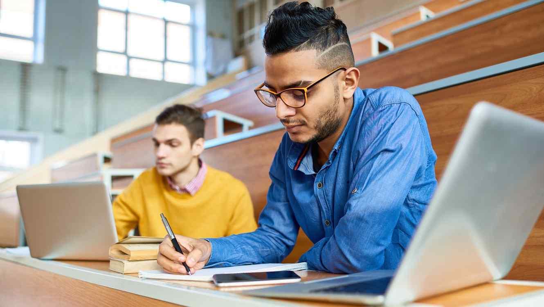 Dos estudiantes universitarios