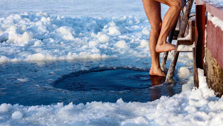 Hombre en agua helada