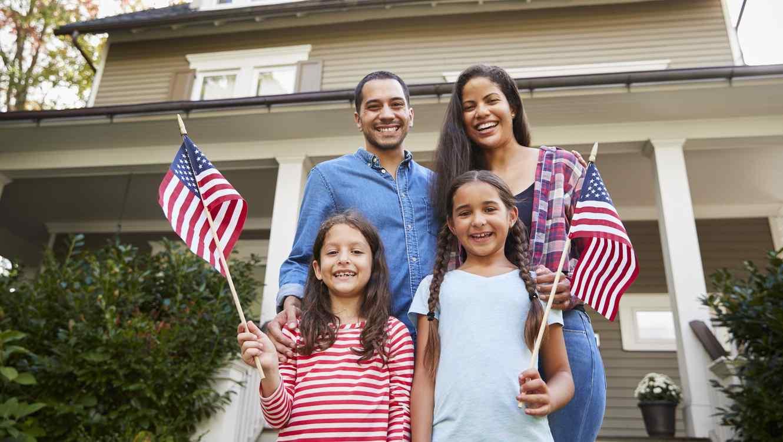 Familia con banderas de EEUU