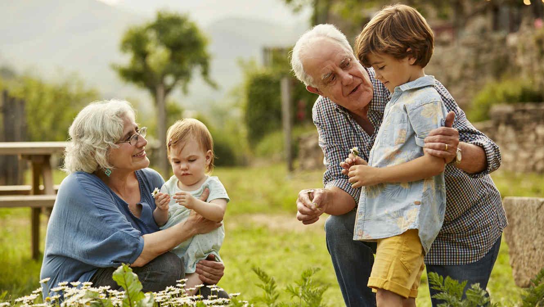 Abuelos con sus nietos