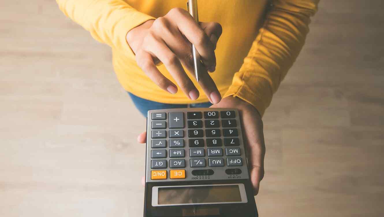 Mujer con calculadora
