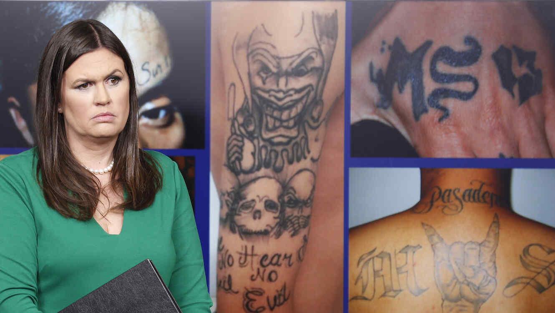 La portavoz de la Casa Blanca, Sarah Huckabee Sanders, junto a imágenes de tatuajes de la MS-13 durane una rueda de prensa en 2017.