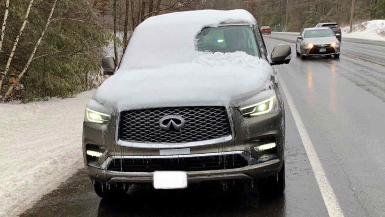 Auto con nieve en los vidrios