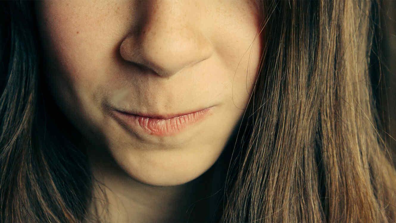 La boca de una mujer a punto de escupir