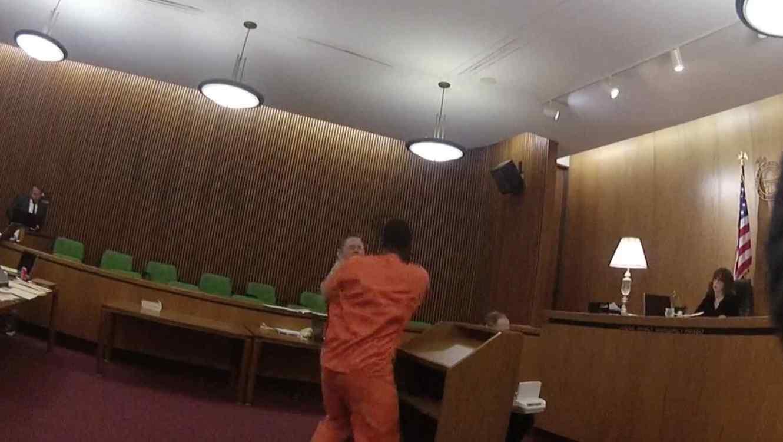 Reo agrede a su abogado tras escuchar su sentencia