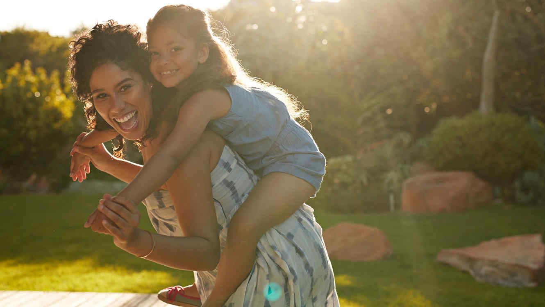 Madre e hijas felices
