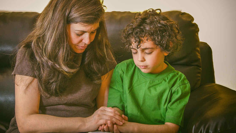Madre e hijo orando