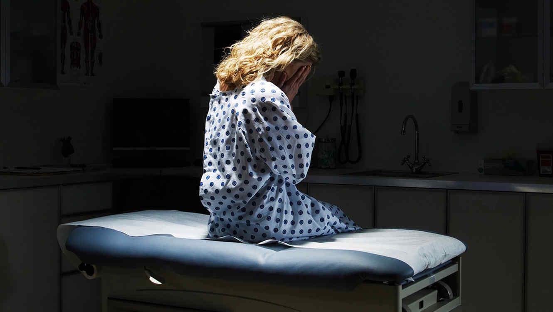 Mujer preocupada en la consulta médica
