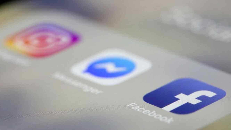 Un iPhone con las aplicaciones de Facebook, Messenger e Instagram.