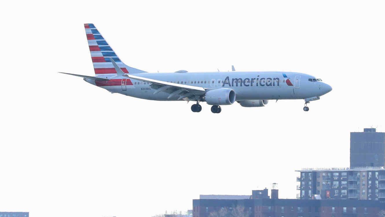 Un avión de American Airlines sobrevuela Nueva York