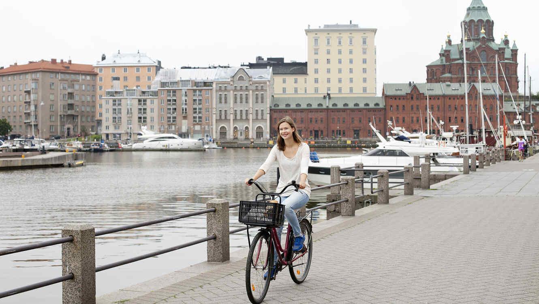 Una joven corre bicicleta en Finlandia
