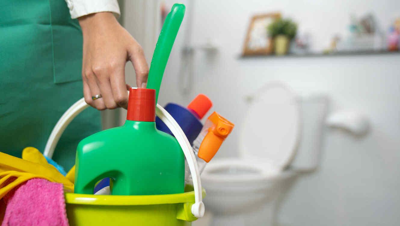 Contenedor con productos de limpieza