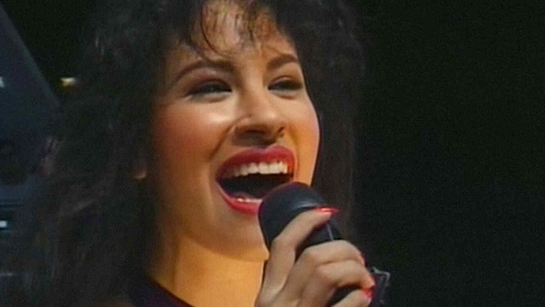 """Selena Quintanilla singer """"Como la Flor"""" live"""