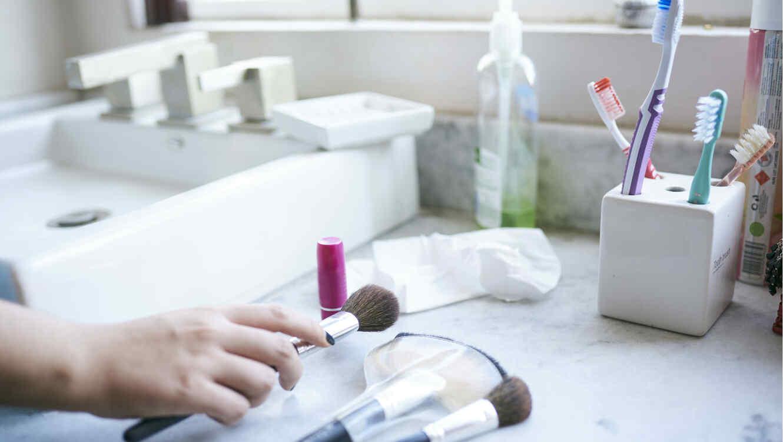 Baño con productos de higiene