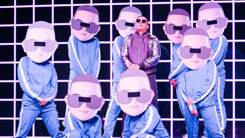 Daddy Yankee con sus bailarines