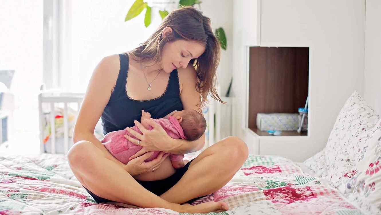 Mamá cargando a un bebé