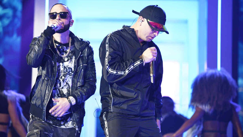 Wisin, Yandel y Romeo Santos en el escenario