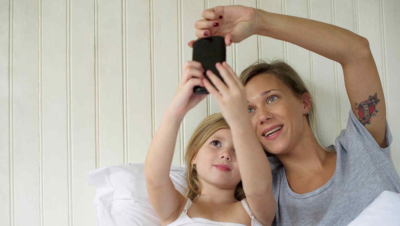 """¿Los padres podrían pagar caro el """"sharingting"""" de sus hijos?"""