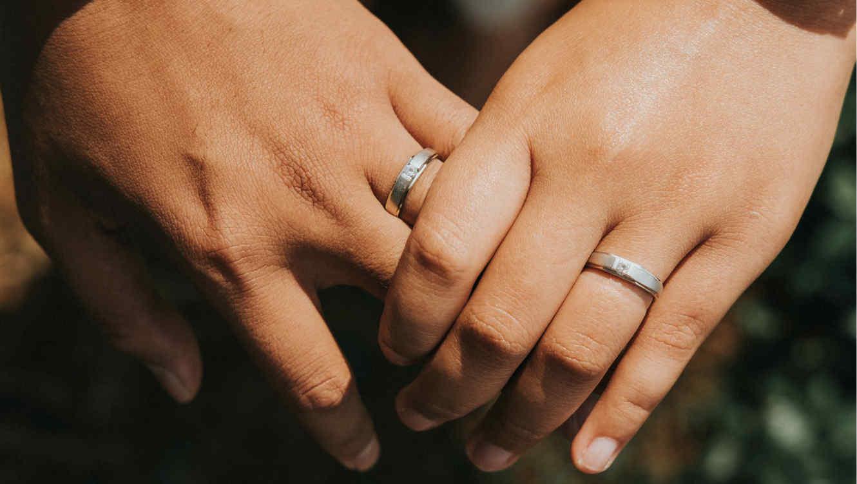 Pareja con anillos de compromiso