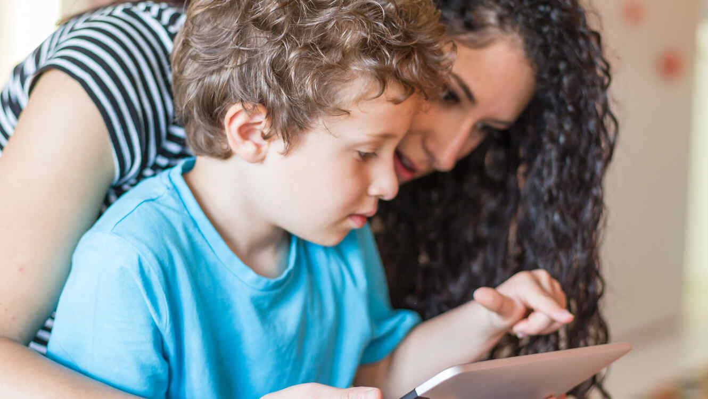Madre e hijo con tablet