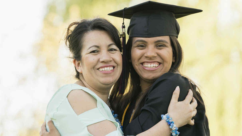 Madre e hija graduadas