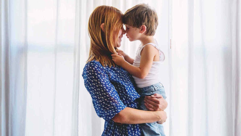 Madre cargando a su hijo
