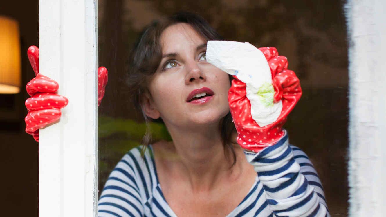 Mujer limpiando con toallita