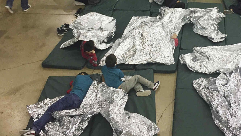 En esta foto de archivo aparecen niños detenidos en una instalación en McAllen, Texas, tras ingresar de manera ilegal a Estados Unidos.