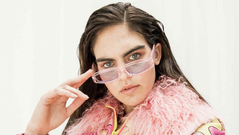 Modelo con gafas