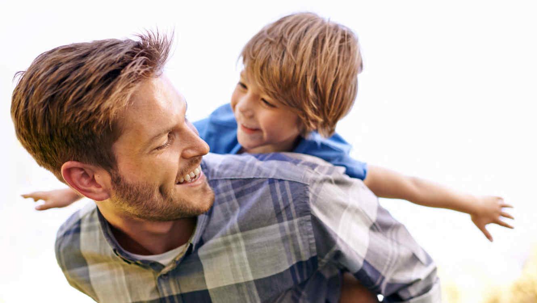 Padre e hijo felices y jugando