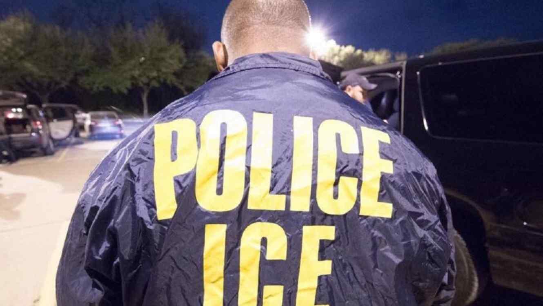 Un miembro del Servicio de Inmigración y Control de Aduanas (ICE).