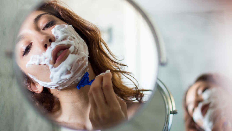 Mujer rasurándose