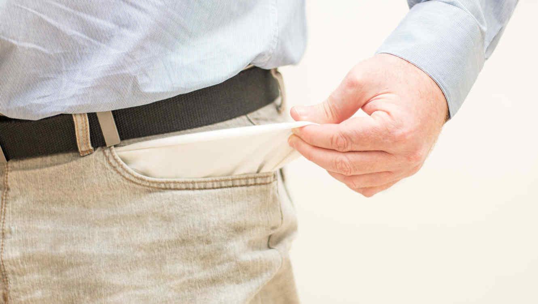 Hombre con los bolsillos vacíos
