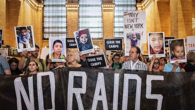 Activistas protestan en Nueva York contra las redadas anunciadas de ICE/AP