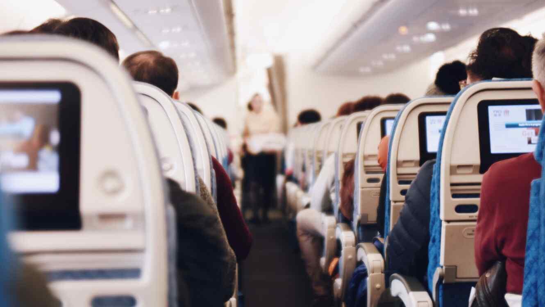 Interior de un avión en pleno vuelo