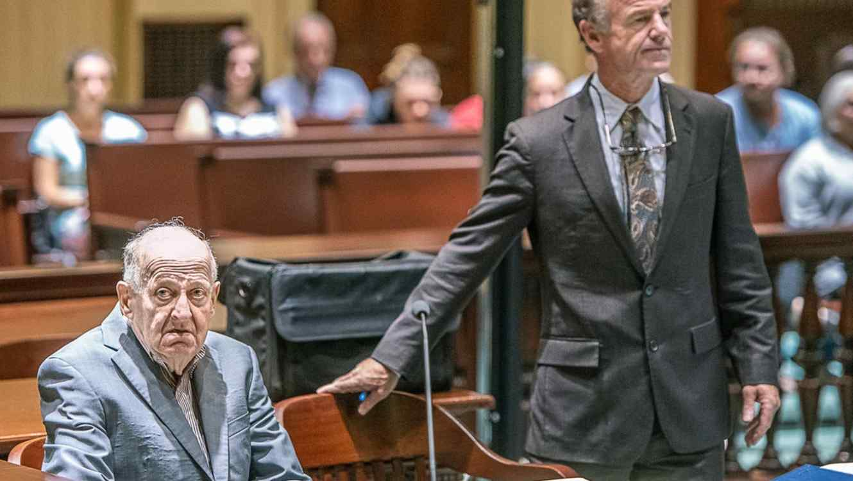 Albert Flick en corte con su abogado/AP