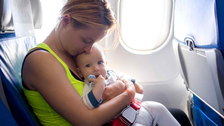 Madre en avión con bebé
