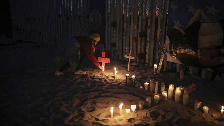 La frontera entre México y Estados Unidos es adornada con velas y mensaje pro-inmigrantes.