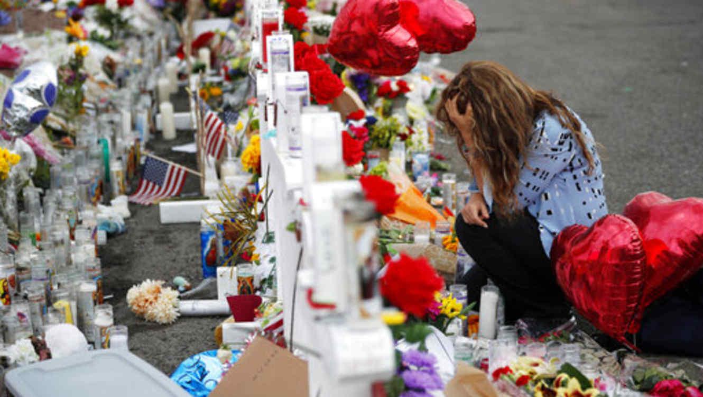 Una mujer llora este martes por las víctimas del tiroteo masivo del sábado en El Paso, Texas, por el que fallecieron 22 personas.