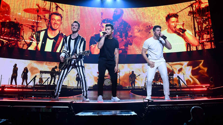 Jonas Brothers kick off tour in Miami