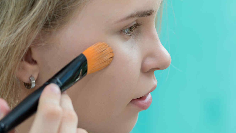 Mujer aplicándose el maquillaje