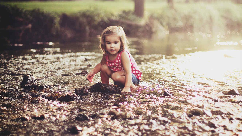 Niña en un río