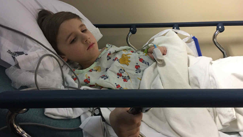 Niño en camilla de hospital