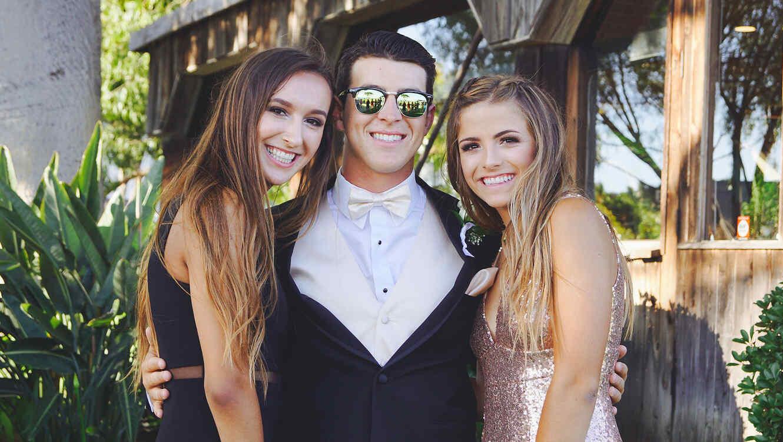 Hombre con dos mujeres