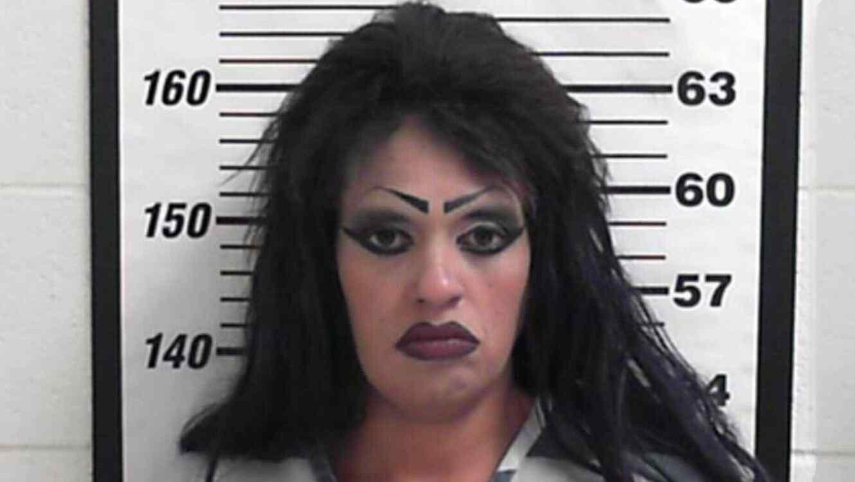 Pretende ser su hija para evitar un arresto por drogas
