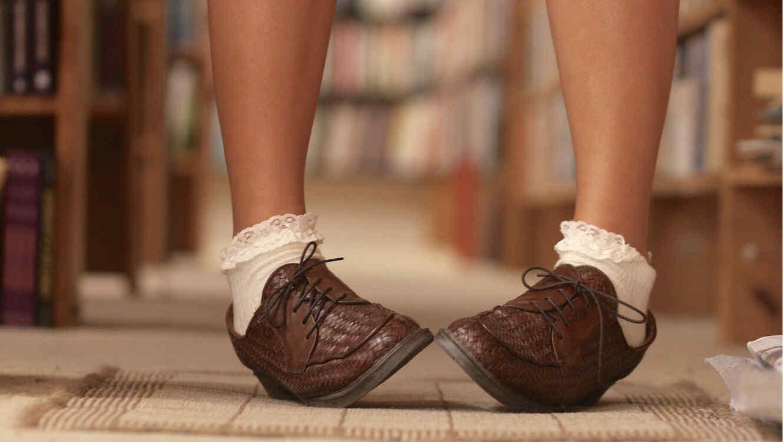 Niña con zapatos cafés