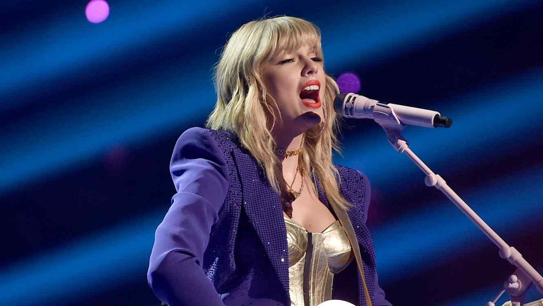 Taylor Swift performing at the 2019 VMAs