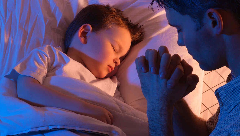 Hombre rezando por su hijo
